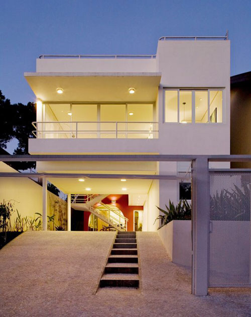 Front view brazilian contemporary house catherine hucker for Modern home front view design